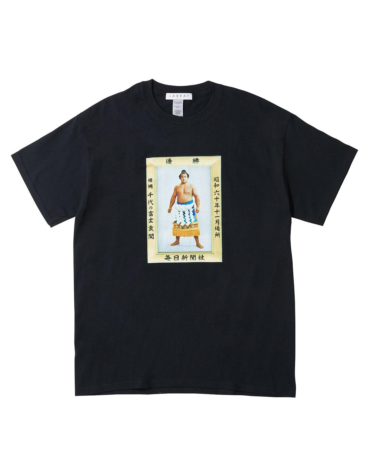 千代の富士 for LABRAT JR両国駅限定販売 Tシャツ(BLACK)(size: 2XL, 3XL)