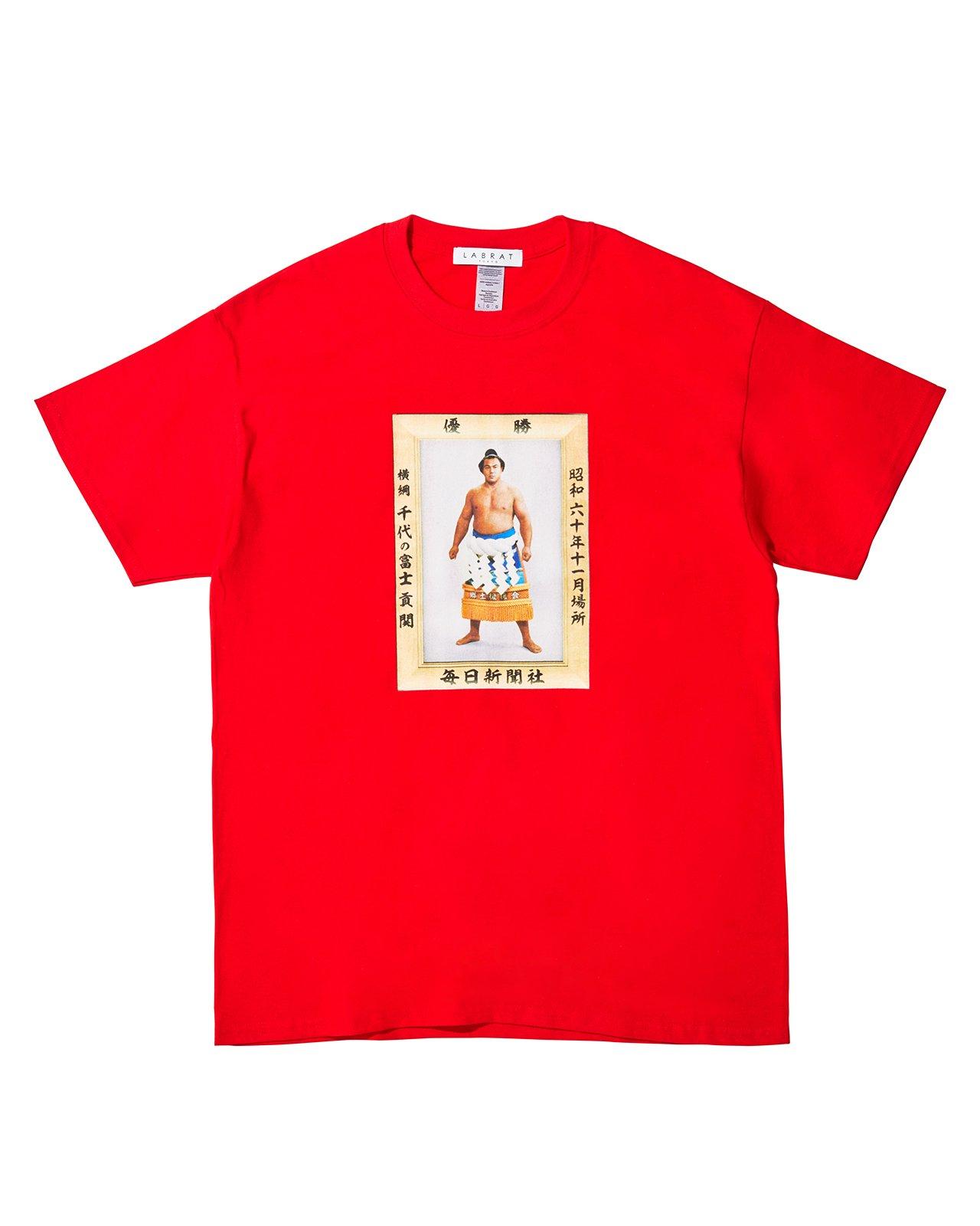 千代の富士 for LABRAT JR両国駅限定販売 Tシャツ(RED)(size: 2XL, 3XL)