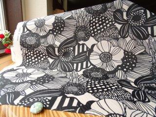 大きな花柄のナイロンタフタ・オフ白×ブラック