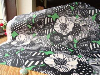 大きな花柄のナイロンタフタ・グリーン×ブラック