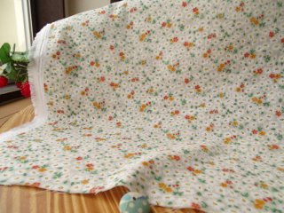 可愛い花絨毯の柔らかダブルガーゼ・ライトベージュ