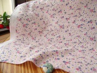 可愛い花絨毯の柔らかダブルガーゼ・ピンク