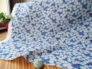 可愛い花絨毯の柔らかダブルガーゼ・ブルー