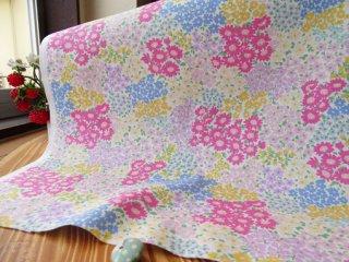 カラフルな小花パッチのコットンオックス・オフ白×ピンク