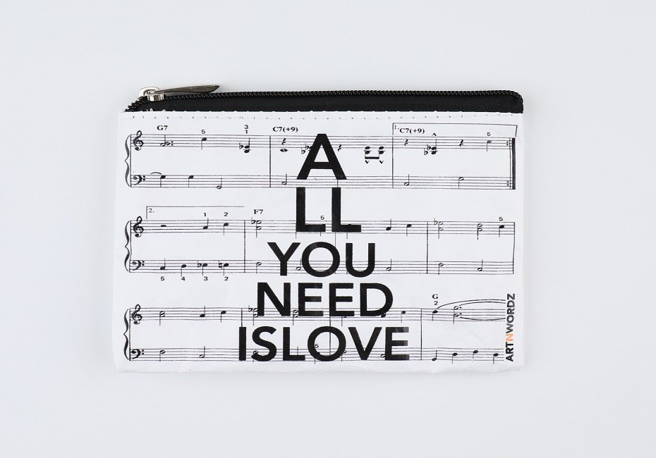 <img class='new_mark_img1' src='https://img.shop-pro.jp/img/new/icons1.gif' style='border:none;display:inline;margin:0px;padding:0px;width:auto;' />ポーチS(All U Need is Love Music)