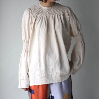 <img class='new_mark_img1' src='https://img.shop-pro.jp/img/new/icons8.gif' style='border:none;display:inline;margin:0px;padding:0px;width:auto;' />【VillD】Rayon linen smocking blouse