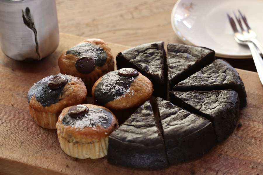 炭チョコケーキ6個、炭のスパイシーバナナケーキ4個セット