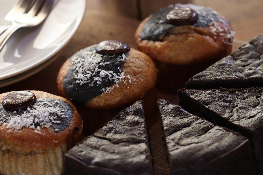 炭チョコケーキ4個、炭のスパイシーバナナケーキ3個セット