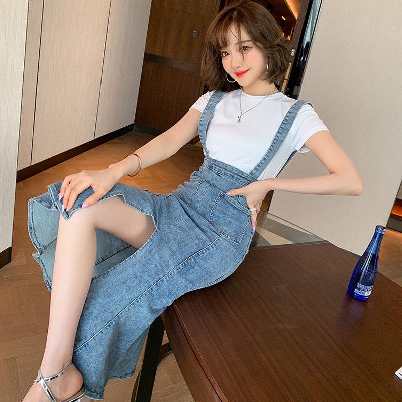 ホワイトTシャツ×センタースリットマーメイドサロペットスカート
