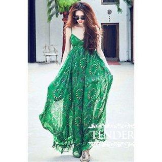 鮮やかなグリーンが印象的な透け感リゾートワンピース