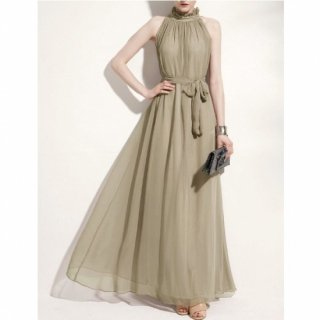 ホルターネックのフリルがキュートなゆったりロングドレス