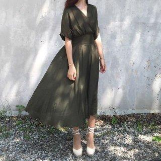 やわらかに広がるスカートがフェミニンなカシュクールのゆったりワンピ