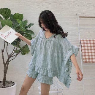 たっぷりとしたフリルが可愛いゆったりシルエットの総柄パジャマ ルームウェア