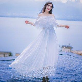 ヘムラインのレースがかわいいオフショルダーのマキシ丈白ワンピース ドレス