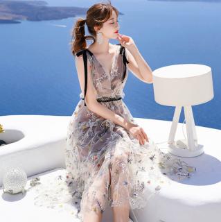 個性的でおしゃれなお呼ばれスタイル ティアードフリルのボタニカル柄ロングドレス