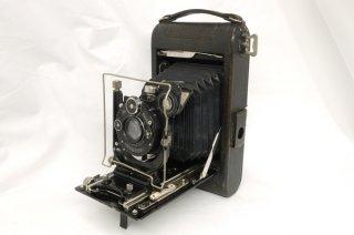 ロールフィルム式、乾板式の2方式の大型スプリングカメラ