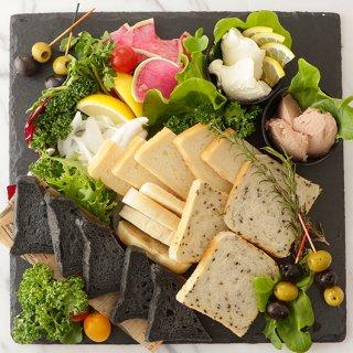 クリームチーズとフォアグラパテの天然酵母パン添え