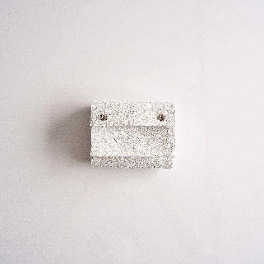 <img class='new_mark_img1' src='https://img.shop-pro.jp/img/new/icons2.gif' style='border:none;display:inline;margin:0px;padding:0px;width:auto;' />kagari yusuke 三つ折り豆財布 mw-11 white