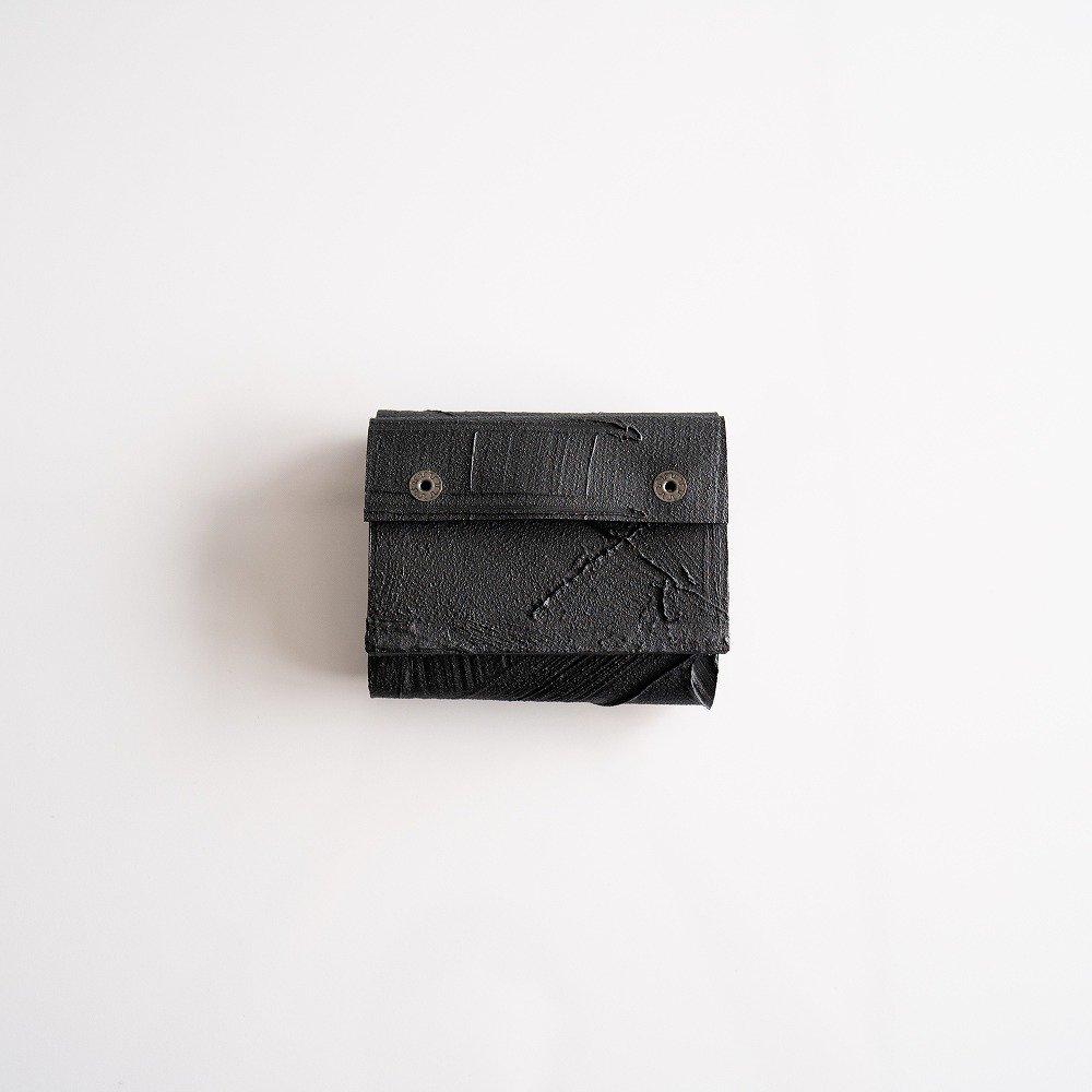 <img class='new_mark_img1' src='https://img.shop-pro.jp/img/new/icons2.gif' style='border:none;display:inline;margin:0px;padding:0px;width:auto;' />kagari yusuke 三つ折り豆財布 mw-11bk black