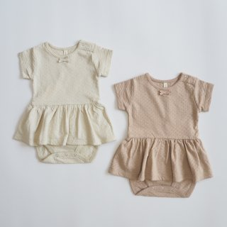 <img class='new_mark_img1' src='https://img.shop-pro.jp/img/new/icons14.gif' style='border:none;display:inline;margin:0px;padding:0px;width:auto;' />QUINCY MAE<br>pointelle skirted onesie<br>natural / petal<br>(6-12m,12-18m)