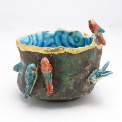 岸壁に集うコンゴウインコ 茶碗|山浦早織