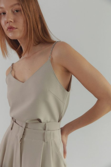 chain shoulder<br>sleeveless top<br>light beige