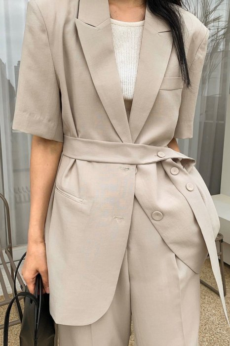 carrie belt half jacket<br>beige