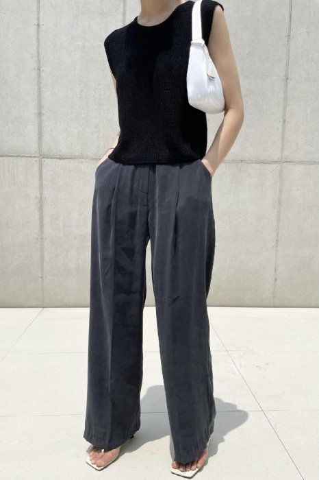creamy<br>tuck straight slacks<br>charcoal