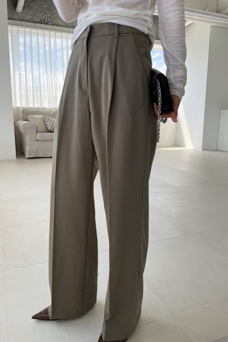 moa tuck slacks<br>khaki