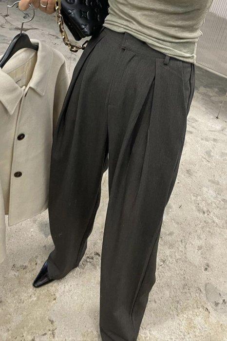 signature tuck slacks<br>charcoal