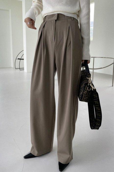 signature tuck slacks<br>deep beige