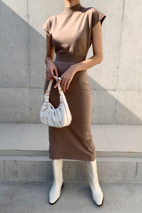slim fit<Br>half neck one piece<br>deep beige
