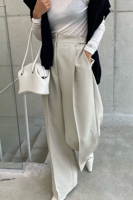 moa wide tuck slacks<br>light beige
