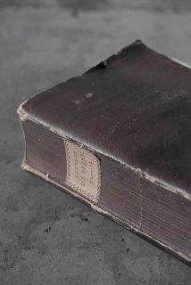 Livre violet avec étiquette