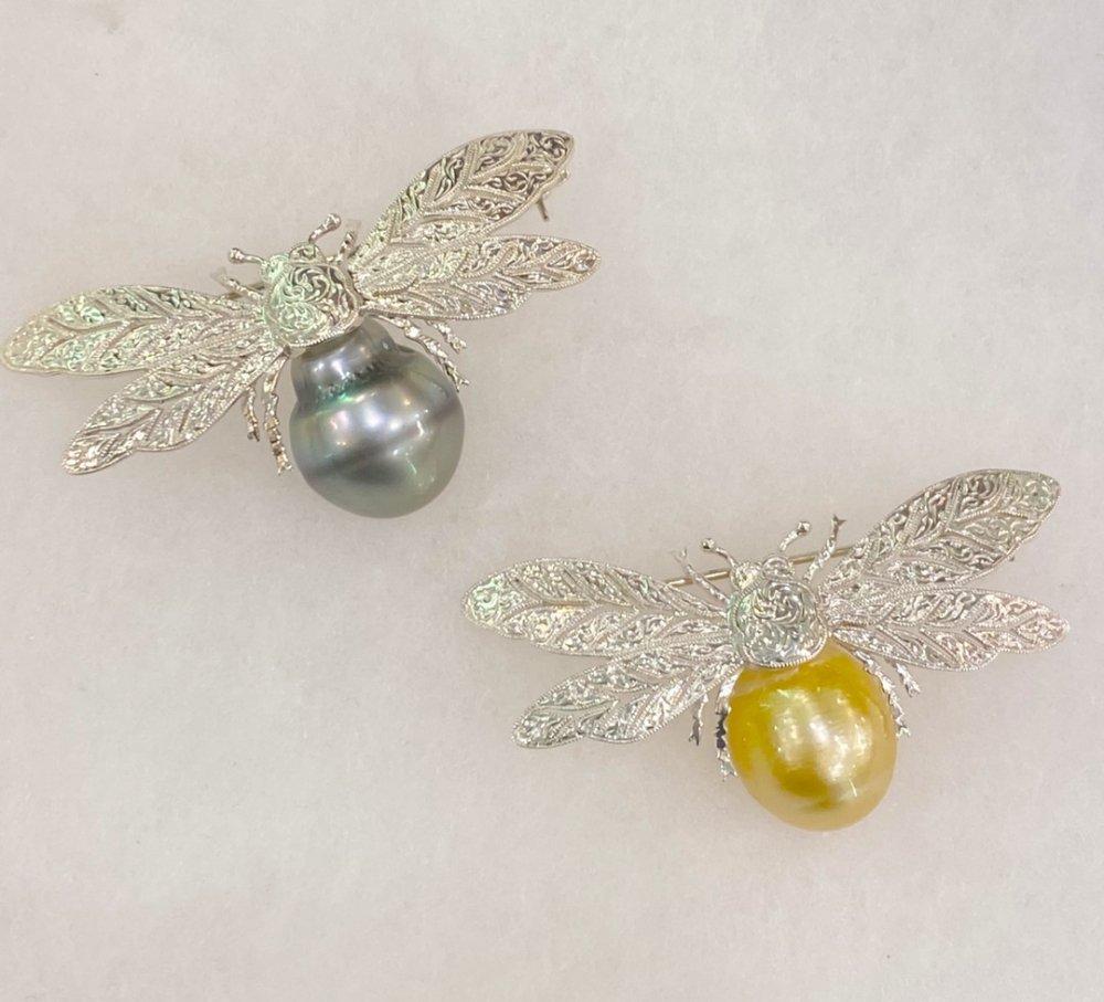 銀座ママセレクトジュエリー 日本製 金運UPゴールド南洋大粒真珠 幸運を運ぶ蜂ブローチネックレス 送料込み お色をお選びください。