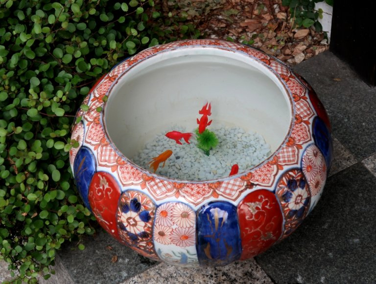 伊万里色絵菊花形手水鉢 / Imari Polychrome Water Pot