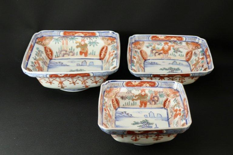 伊万里色絵韃靼人の図瓔珞文三つ組角鉢 / Imari Polychrome Square Bowls  L/M/S  set of 3