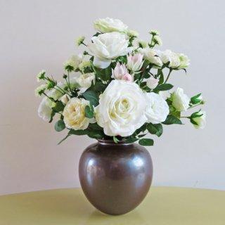 光触媒アートフラワーアレンジメント【ペレト(九谷焼)】6種類のバラと「セルリア」の高級造花アレンジです。セルリアの花言葉は、「思慕・可憐な心・優れた知識」です。