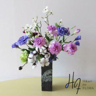 高級造花アレンジメント【フライア】信楽焼の花器に、野辺の草木をイメージしてアレンジしました。