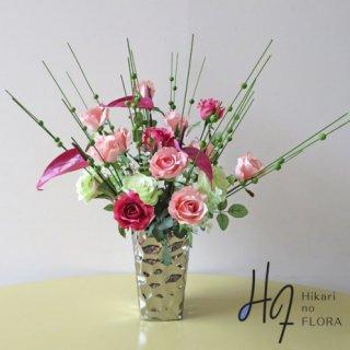 高級造花アレンジメント【アルタ】バラとアンスリウムのアレンジメントです。木製グリーン玉ピックを添えました。