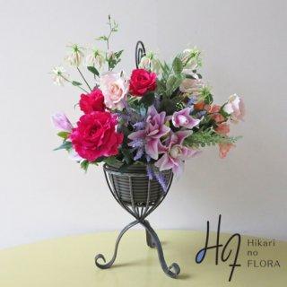 高級造花アレンジメント【ネハレニア】床置きスタンドタイプです。バラの艶やかさを強調しました。