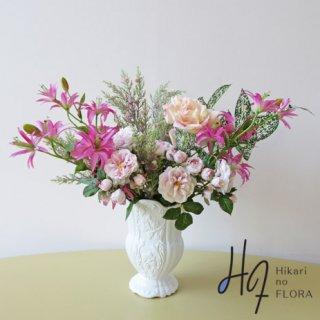高級造花アレンジメント【ジェンマ】リリィーと葉物が際立つ、エレガントな高級造花アレンジメントです。
