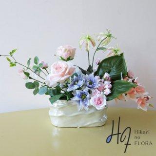 高級造花アレンジメント【シャルム】パールのように深く輝く花器に、エレガントな高級を漂わせてアレンジ。