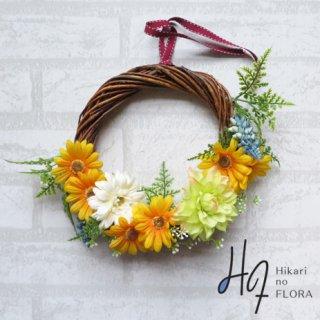 光触媒加工・壁掛けリース【wreath259】ガーベラとダリアの壁掛けリースです。イエローの縁起の良さも手伝当て、気の利いた素敵なプレゼントになります。wreath(リース)は永遠と愛の象徴です。