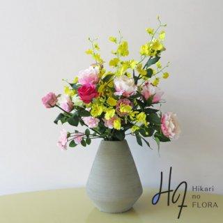 高級造花アレンジメント【ヤーナ】ナチュラルな伸び方のオンシジュームと薔薇のアレンジメントです。