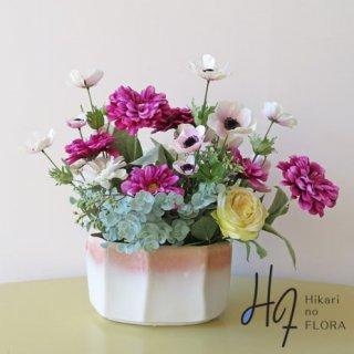 高級造花アレンジメント【エレナ】2色のジニアとアネモネとローズのアレンジメントです。