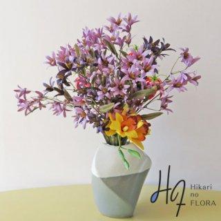 高級造花アレンジメント【デイーナ】アート感・おしゃれ感を出しました。見慣れたお部屋をちょっとおしゃれにかえませんか。