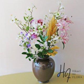 高級造花アレンジメント【ベニアミーナ】八寸サビ釉薬カメ花瓶に咲き誇る花々を生き生きとアレンジしました。