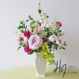 高級造花アレンジメント【レナータ】大輪のバラとアクセントになっているシンビジュームのグリーンが素敵な、高級造花アレンジメントです。