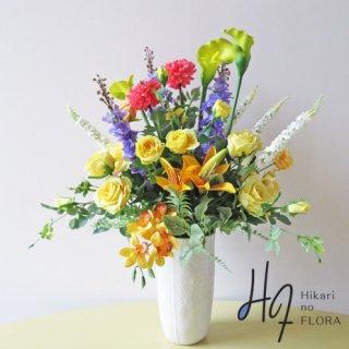 高級造花アレンジメント【エミーリヤ】カラー、デルフィニューム、トラノオなどラインを美しく見せる花々と薔薇の競演です。
